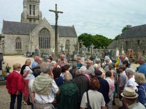 Bulat-Pestivien : Exposé de Jean-Paul Rolland devant l'église Notre-Dame