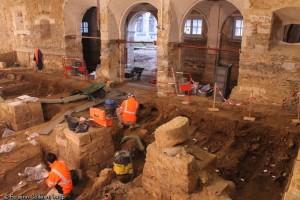 FJ 2 - Fouille des sépultures dans la salle capitulaire, espace réservé aux inhumations des frères dominicains