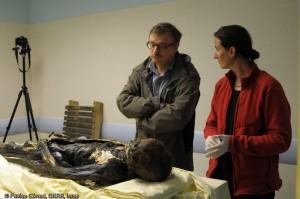LQ 1 - Eric Crubezy (directeur du laboratoire AMIS) et Rozenn Colleter (anthropologue) devant la dépouille de Louise de Quengo_INRAP